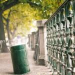Prag, Weg mit Geländer am Ufer