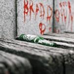 Bierflasche auf Parkbank in Prag