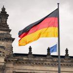 Deutsche Flagge vor dem Reichstag