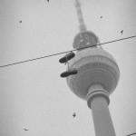 Fernsehturm Berlin, Schwarzweis, Schuhe hängen an Oberleitung
